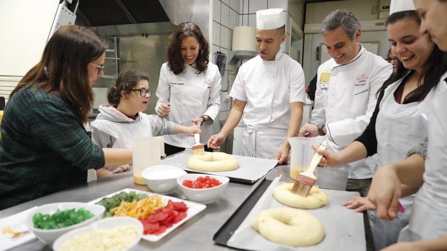 Eugenia Carballedo durante su visita al obrador de la pastelería Lazcano