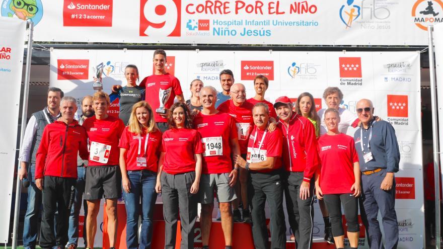 Isabel Díaz Ayuso, en el podio de la carrera popular 'Corre por el Niño' junto a algunos de los participantes