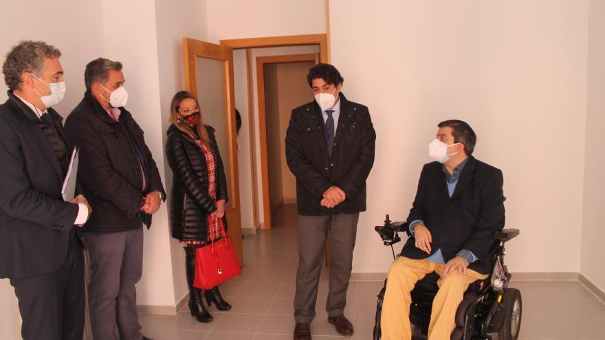 David Pérez durante la entrega de una vivienda a FAMMA