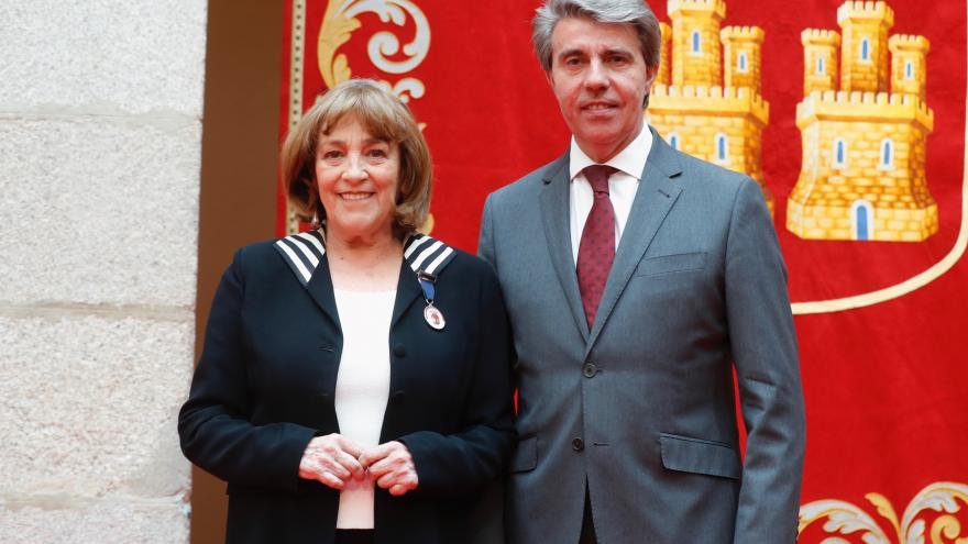 El presidente de la Comunidad de Madrid, Ángel Garrido, entrega a la actriz madrileña, Carmen Maura, la Medalla Internacional de las Artes 2018