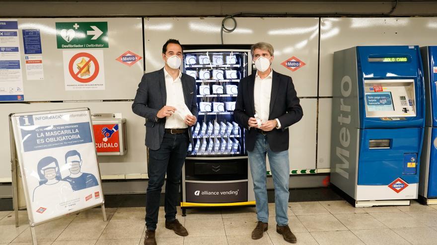 Ignacio Aguado durante la presentación de las máquinas de venta de mascarillas en Metro de Madrid
