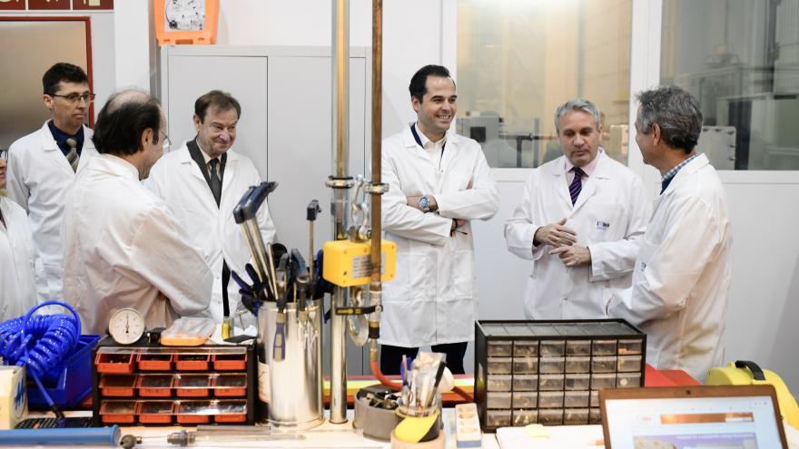 Ignacio Aguado visitando el Instituto Madrileño de Estudios Avanzados