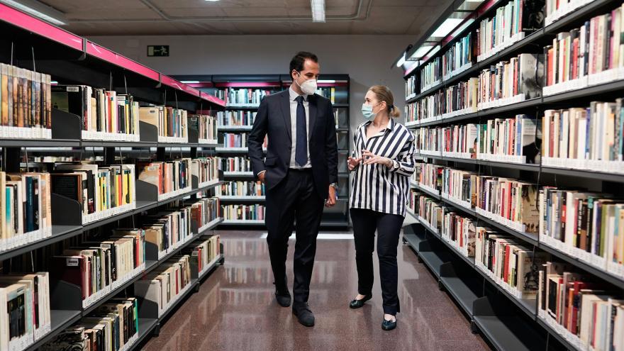 Ignacio Aguado durante su visita a la biblioteca José Hierro