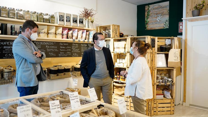 Javier Fernández-Lasquetty, durante su visita a la tienda El Granel de la Dehesa,