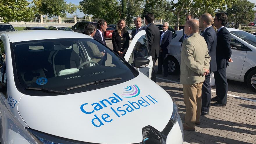 Imagen de Paloma Martín revisando la nueva flota de coches eléctricos de Canal de Isabel II que reducirá en un 30% las emisiones contaminantes