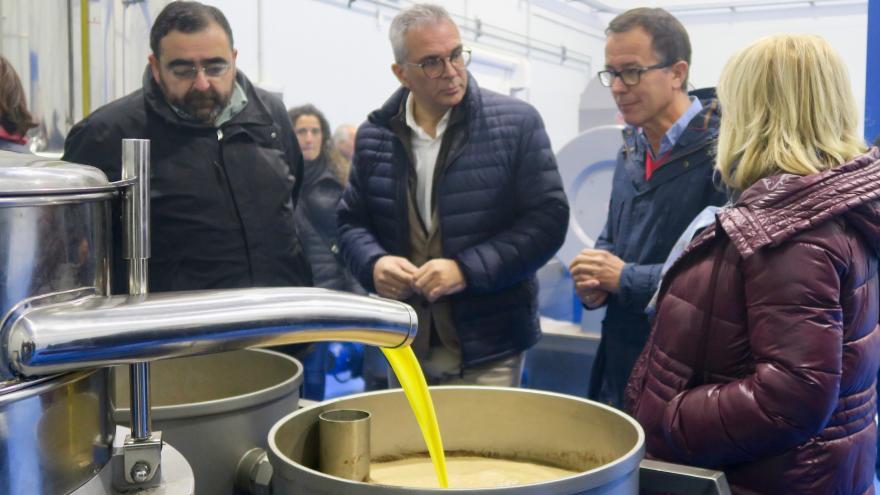 Carlos Izquierdo durante la visita a la empresa Oleum Laguna