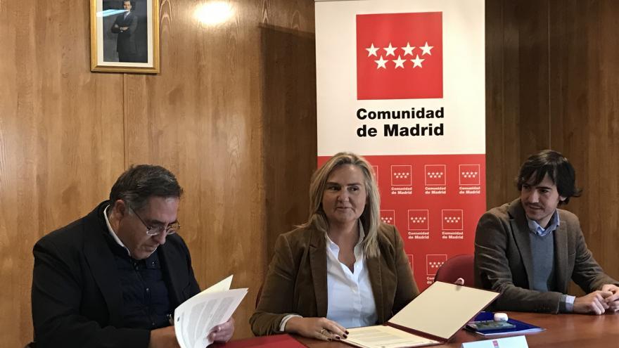 Rosalía Gonzalo durante la firma