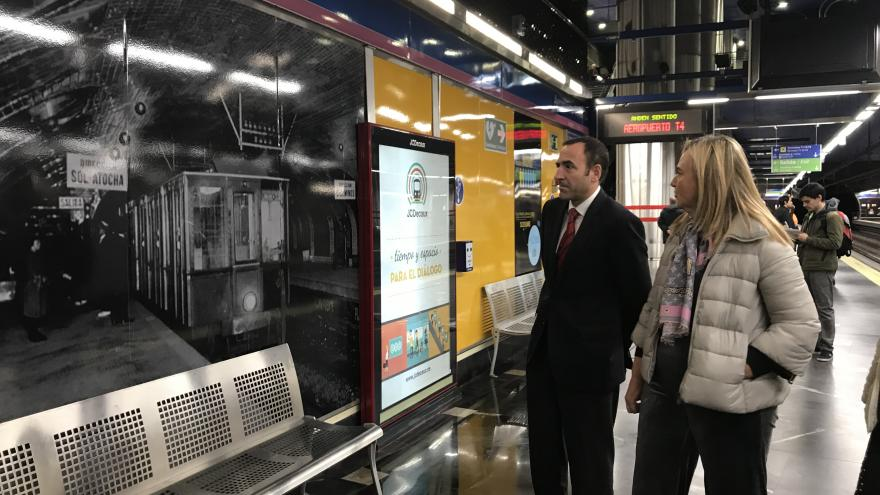 La consejera de Transportes, Rosalía Gonzalo, ha inaugurado la exposición fotográfica '100 años de Metro' en la estación de Aeropuerto T1 - T2 - T3