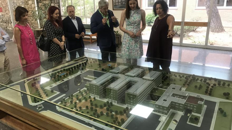 La consejera en funciones de Políticas Sociales y Familia, Lola Moreno, en la Residencia de Mayores Francisco de Vitoria