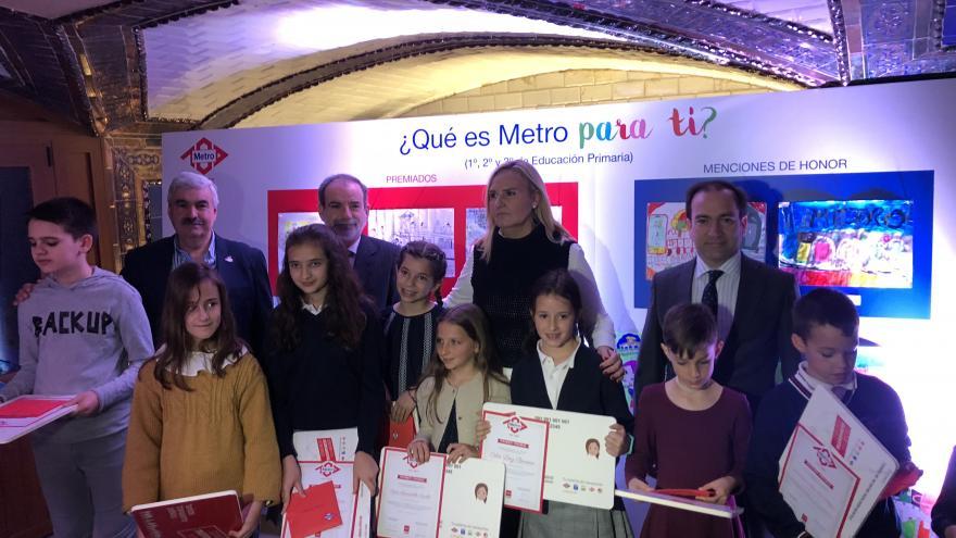 Rosalía Gonzalo entregando los premios del concurso de dibujo infantil '¿Qué es Metro para ti?'
