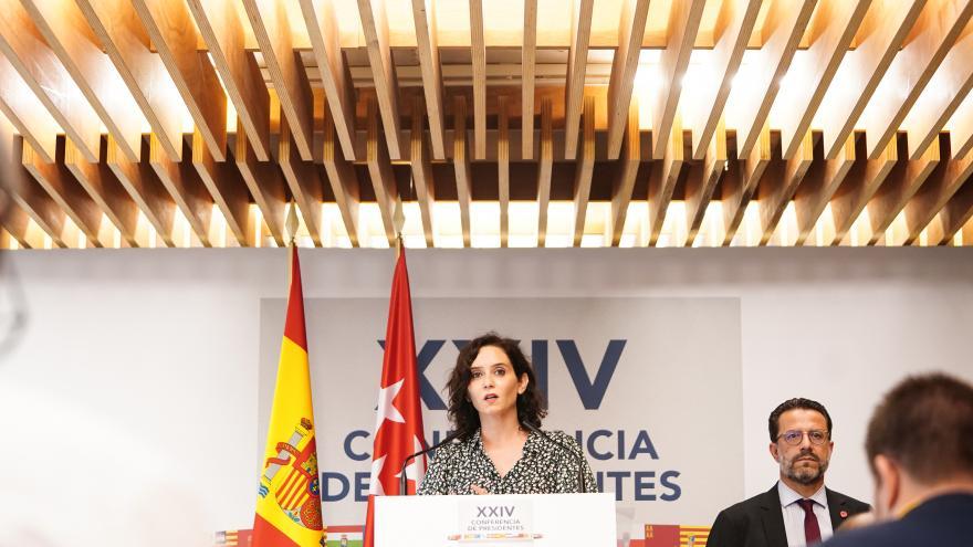 Presidenta de la Comunidad de Madrid habla desde un atril