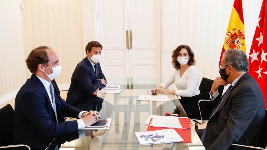 Mesa de trabajo con integrantes
