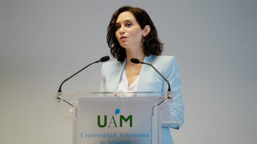 Isabel Díaz Ayuso interviene frente al atril en el acto de la Universidad Autónoma