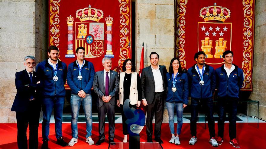 Isabel Díaz Ayuso con los jugadores de Waterpolo