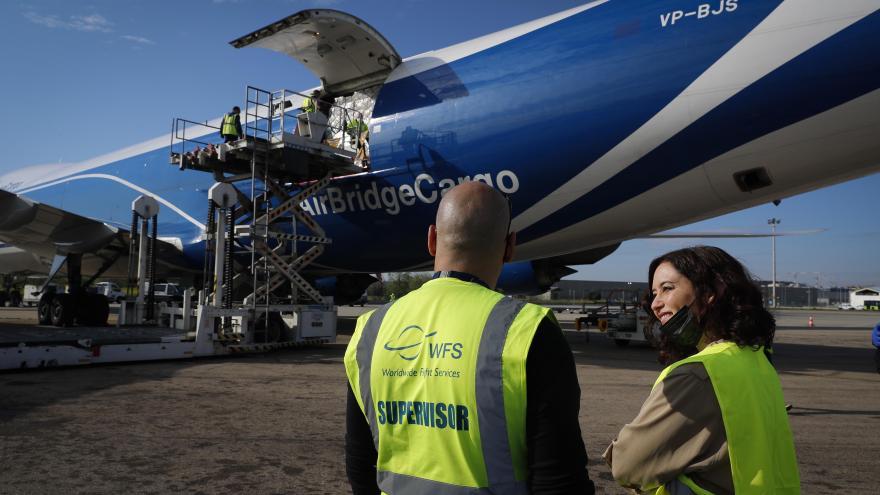 Isabel Díaz Ayuso durante la recepción de una carga de 113 toneladas de material sanitario a bordo de un tercer avión