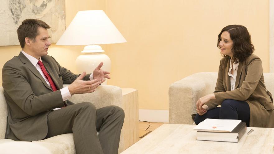 Isabel Díaz Ayuso durante la reunión con el embajador del Reino Unido