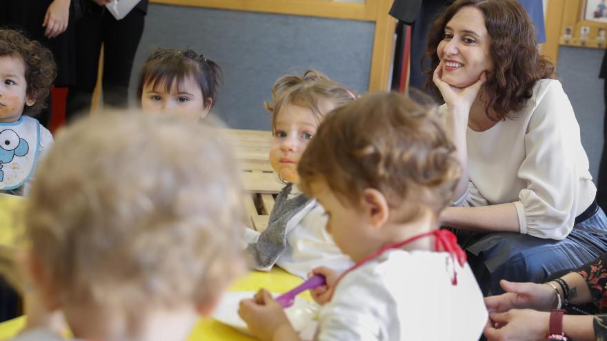 Isabel Díaz Ayuso durante su visita a la escuela infantil pública Sol Solito