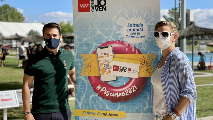 El Director General de Juventud y la Directora General de Deportes posando con el cartel de la campaña