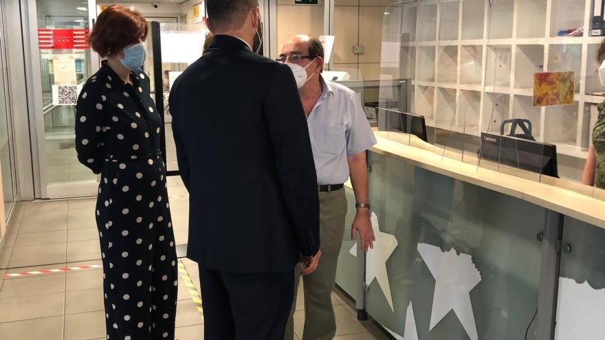 Manuel Giménez durante su visita a la oficina de empleo de Santa Eugenia