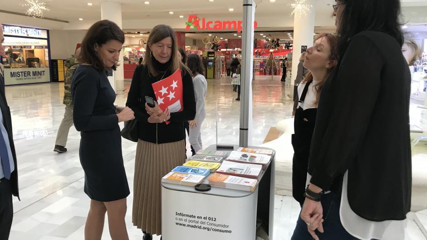 Marta Nieto durante su visita a uno de los stands informativos de la Comunidad