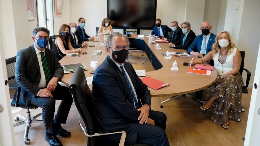 Enrique Ossorio durante la reunión con la Conferencia de Rectores de las Universidades de Madrid