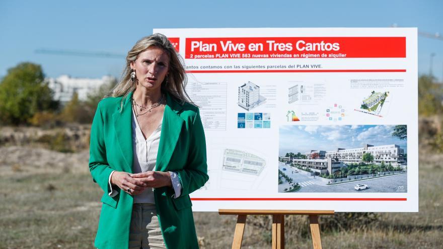 La consejera interviniendo con el cartel sobre el proyecto detrás