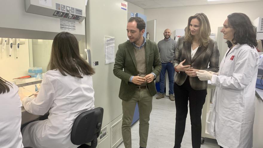 Paloma Martín junto a los investigadores del Instituto Madrileño de Investigación y Desarrollo Rural, Agrario y Alimentario (IMIDRA)