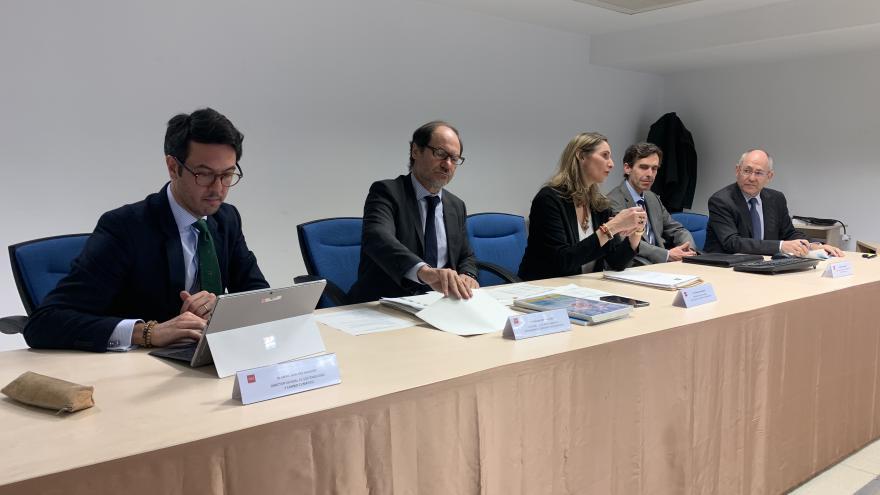 Paloma Martín sentada en una mesa junto al comité de expertos