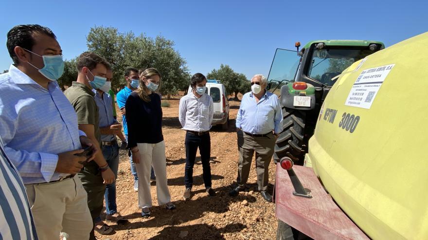 Paloma Martín durante su visita a una explotación agraria en Villarejo de Salvanés