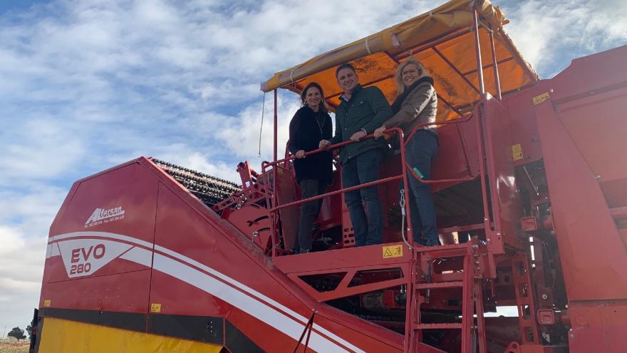 Paloma Martín durante su visita a una explotación agrícola en Villamanrique de Tajo