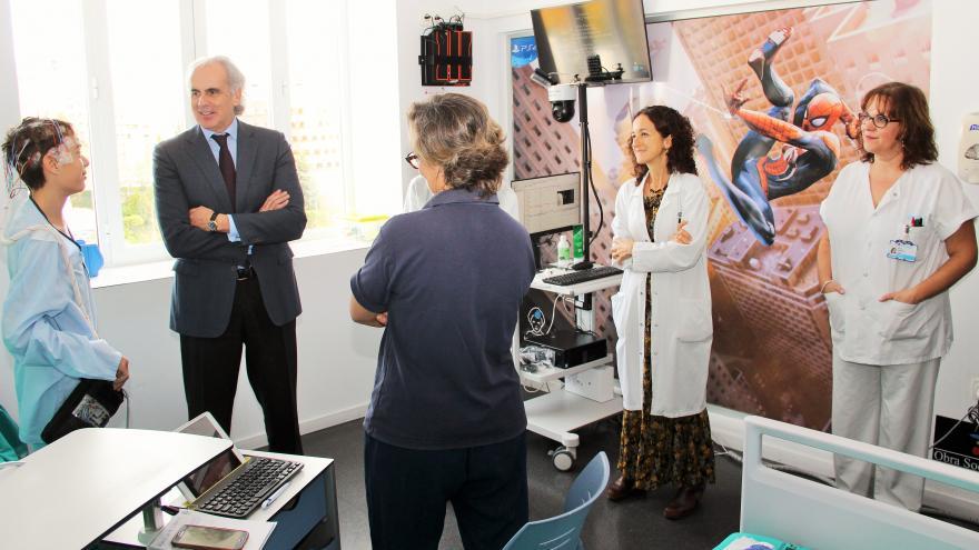 Ruiz Escudero junto a paciente en sala específica