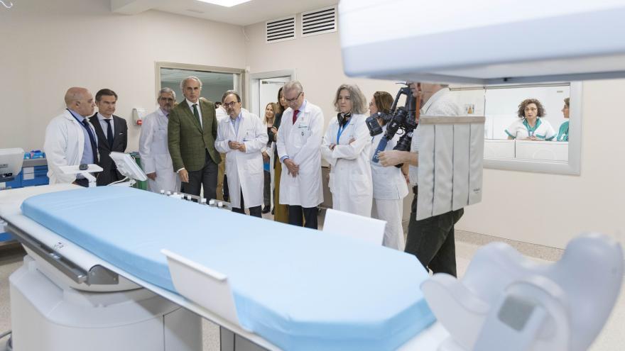 Ruiz Escudero visita la sección de Neurorradiología del Hospital Gregorio Marañón