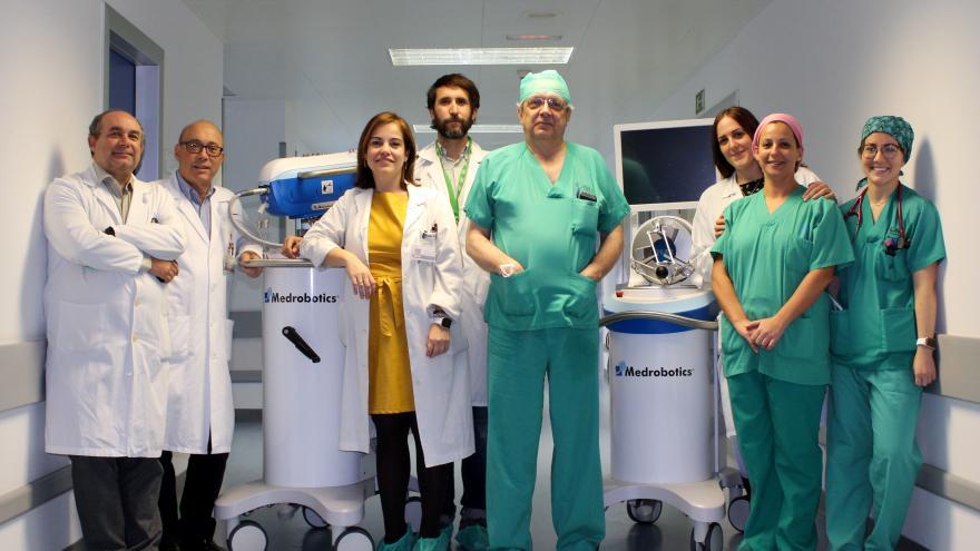 Foto de familia de los servicios médicos con nuevos aparatos
