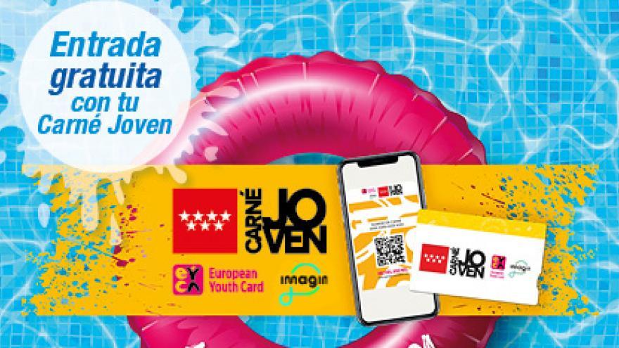 Flotador en una piscina con logo de Carné Joven