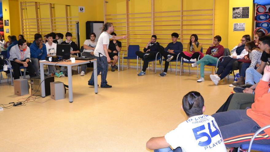 Profesor en movimiento con grupo alumnos sentados