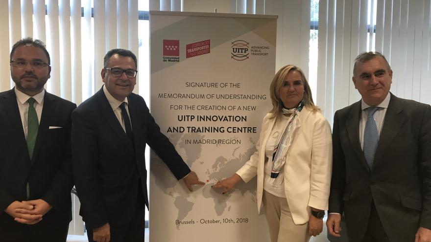 La consejera de Transportes, Rosalía Gonzalo, firma el convenio de colaboración en la sede de la UITP en Bruselas
