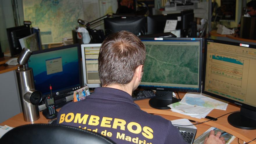 Bombero consultando en un ordenador