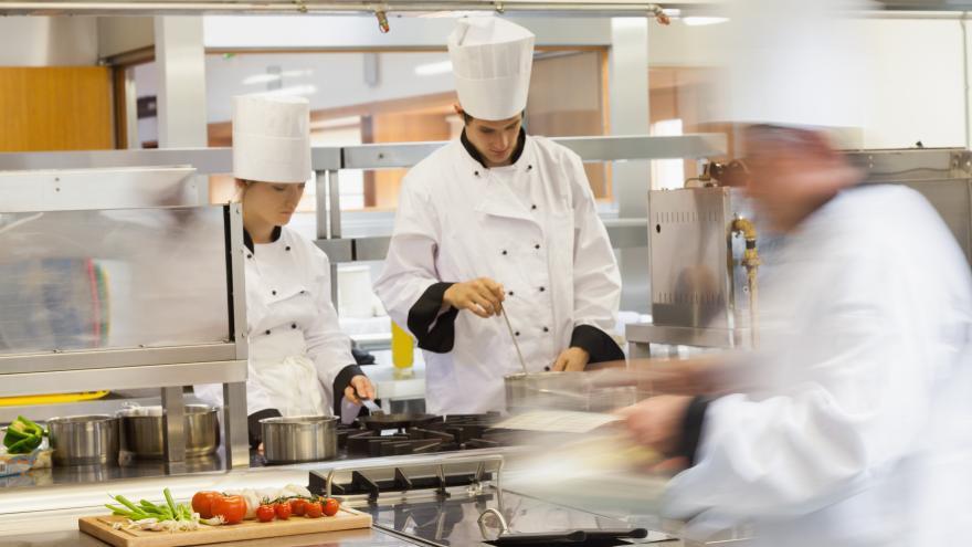 Cocineros preparando comida