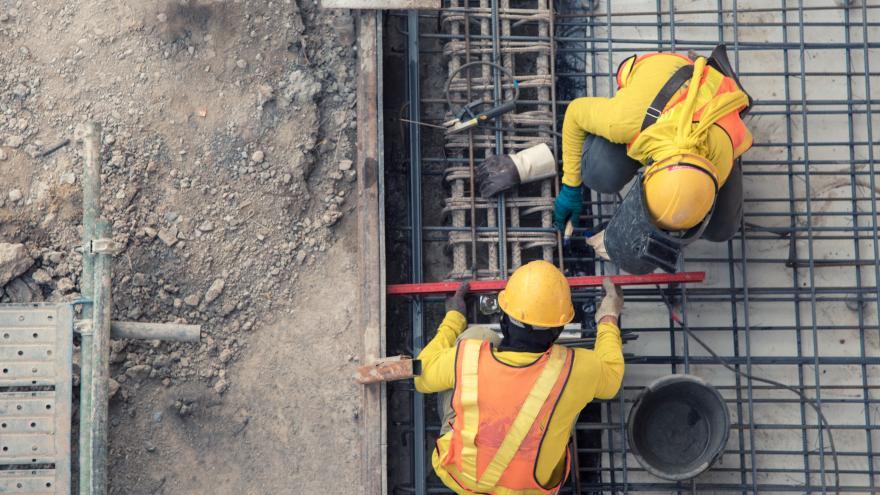 Obreros equipados trabajando en una obra