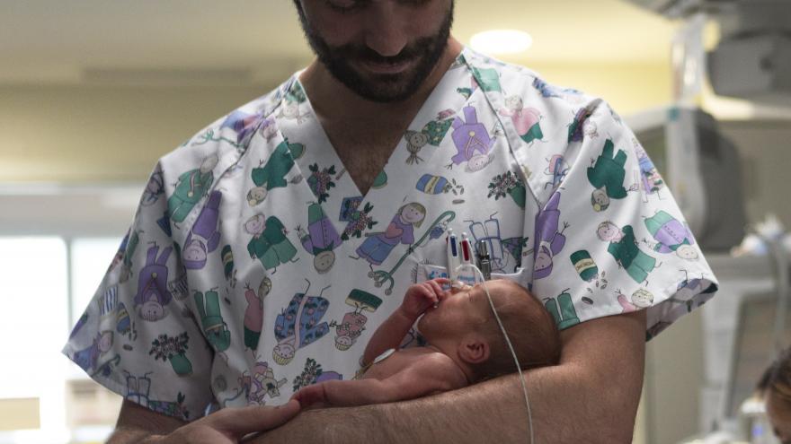 Enfermero con neonato