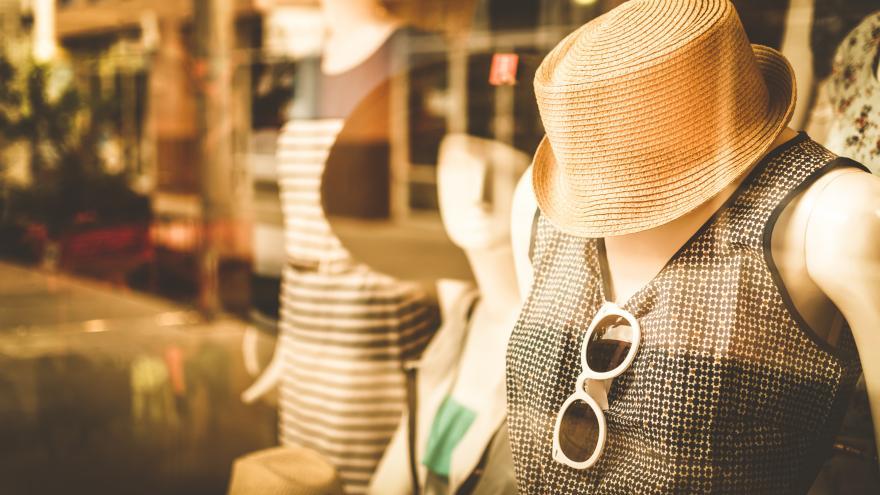 Escaparate tienda de ropa maniquíes