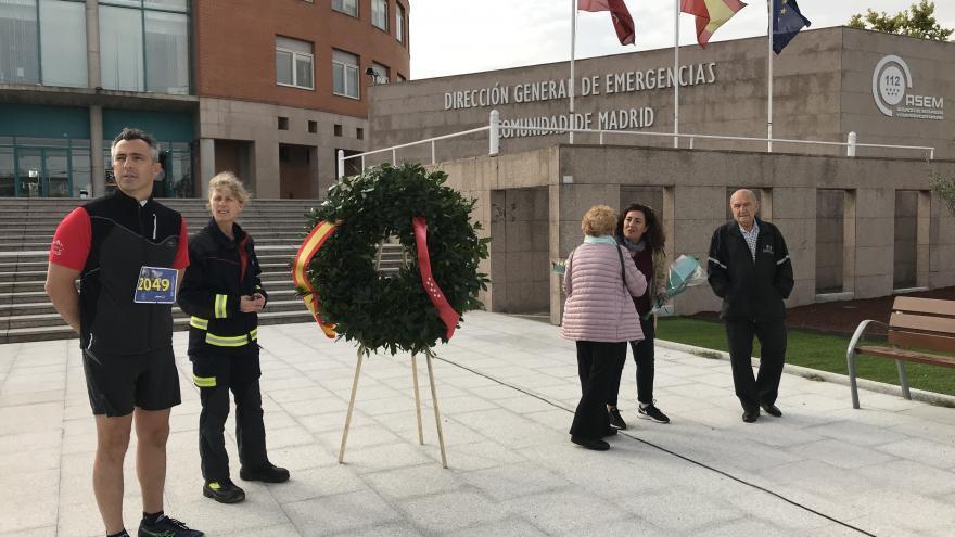Carlos Novillo y Annika Coll ofrecen una corona en memoria de los bomberos caídos