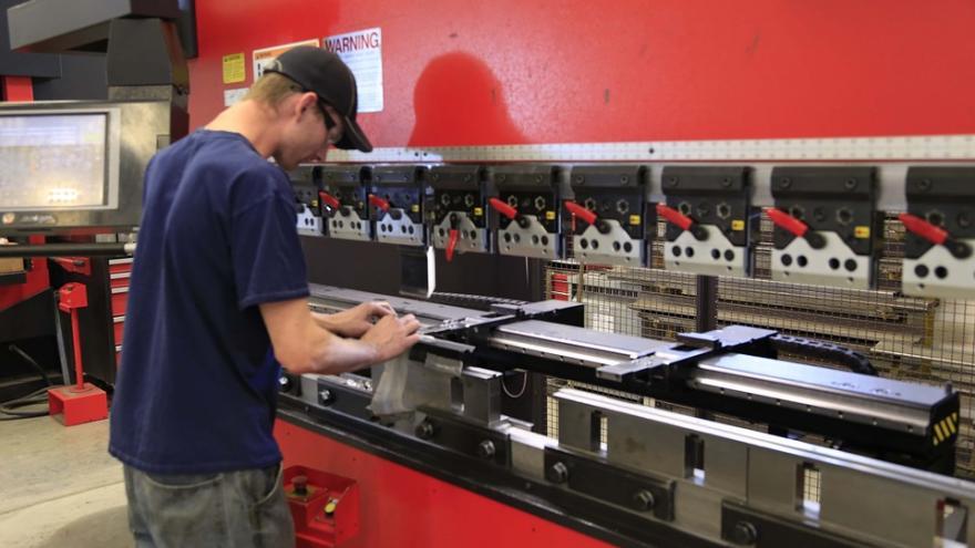 joven matricero trabajando en taller