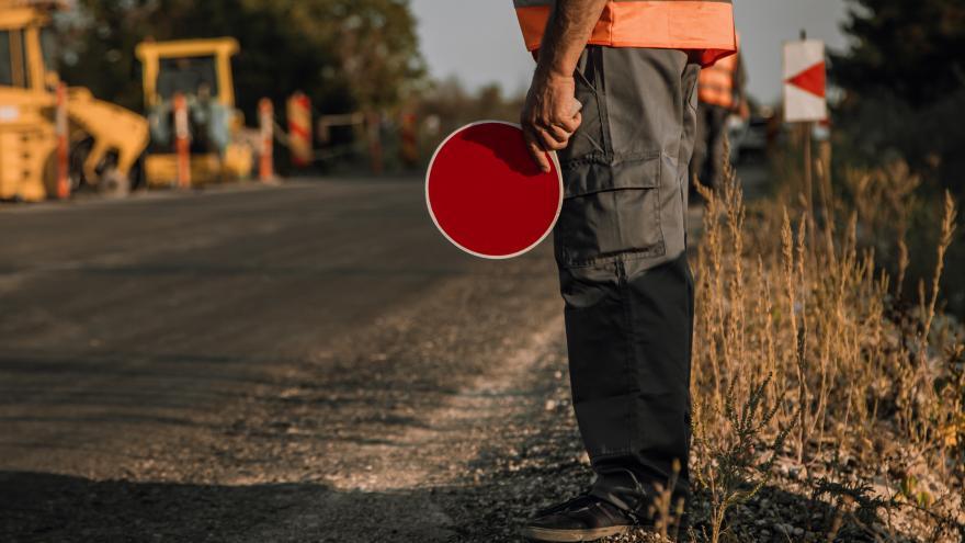Obrero con señal de tráfico