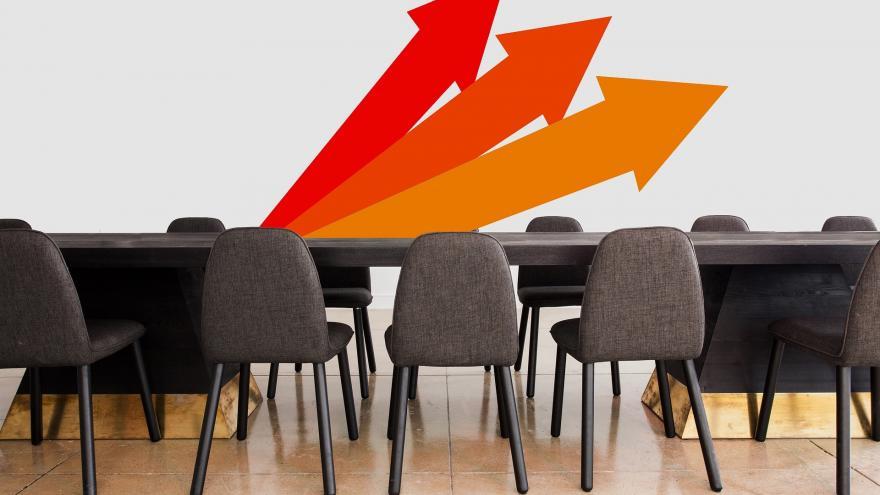 Imagen de una sala de reuniones de una oficina con unas flechas