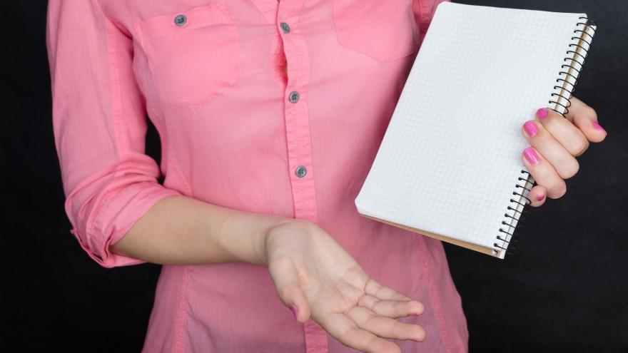 persona con cuaderno
