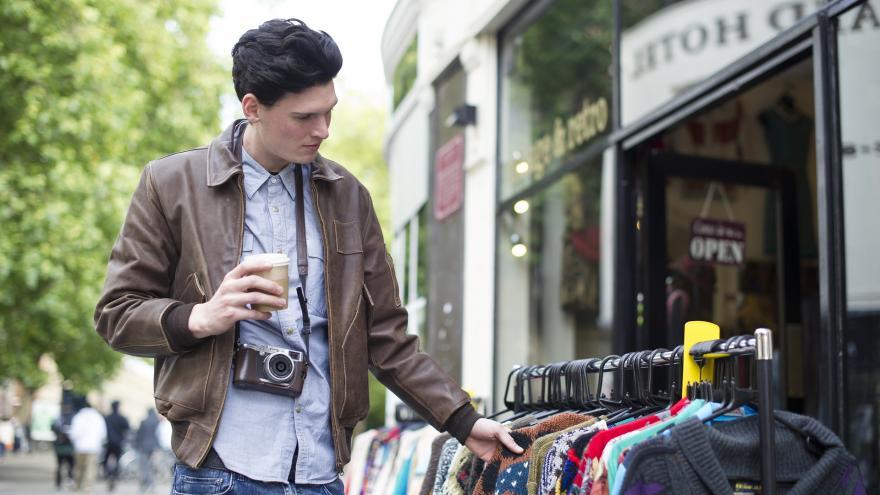 Joven turista comprando