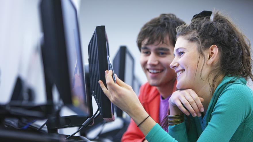 Jóvenes delante de un ordenador