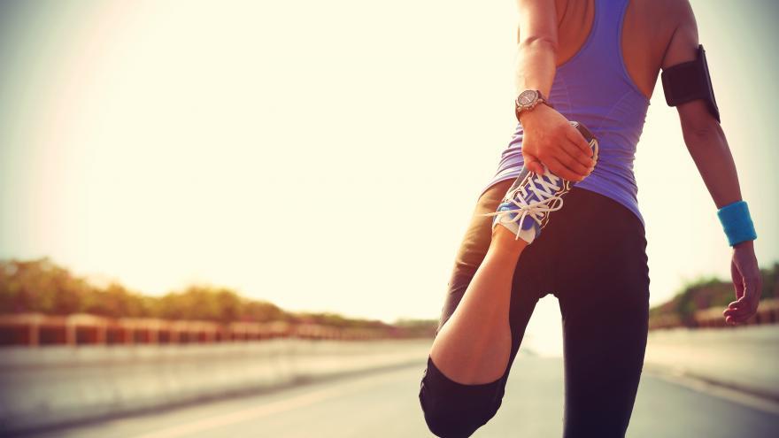 Mujer estirando preparándose para correr