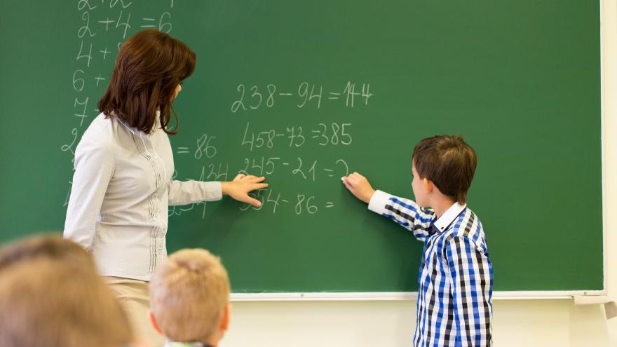 Profesora en clase con alumnos